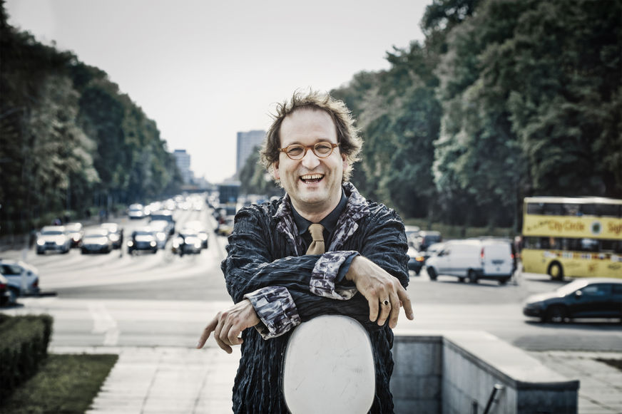 Lukas Dreyer mit seinem Cello lachend in der Goßstadt
